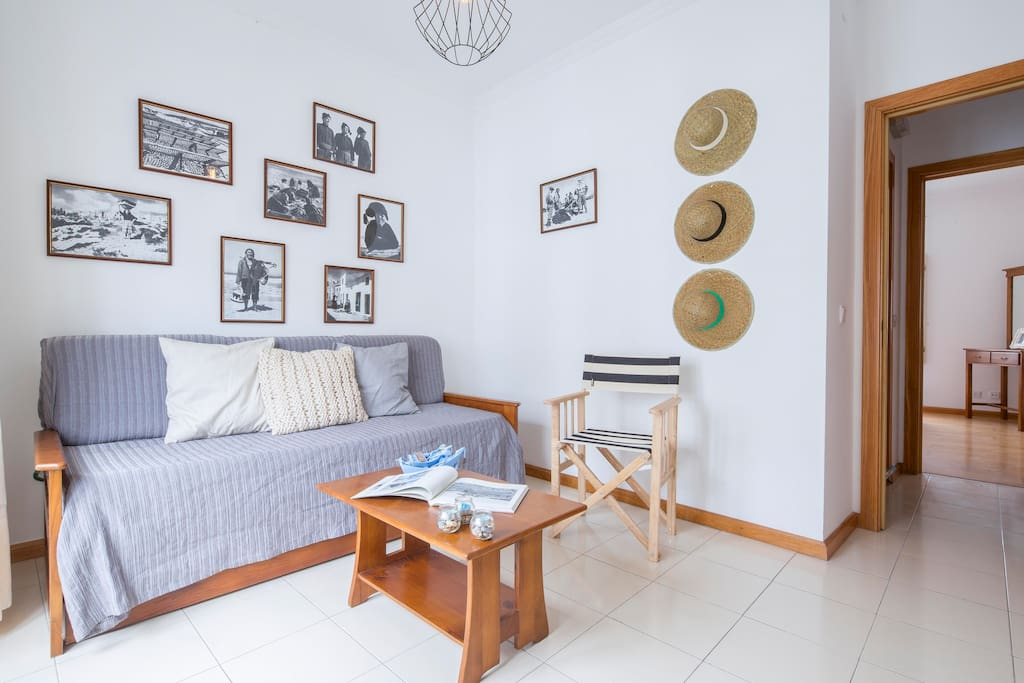Casa do Quico: sala de estar com fotos da Nazaré antiga, para viajar no tempo