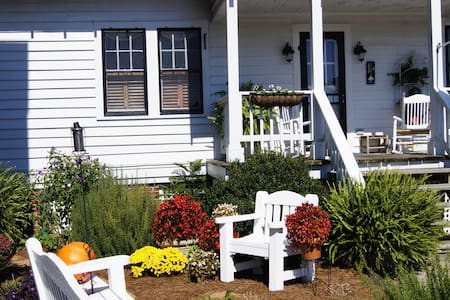 Quaint Cottage w/Full Breakfast at B.W. Best Inn - Snow Hill - Bed & Breakfast