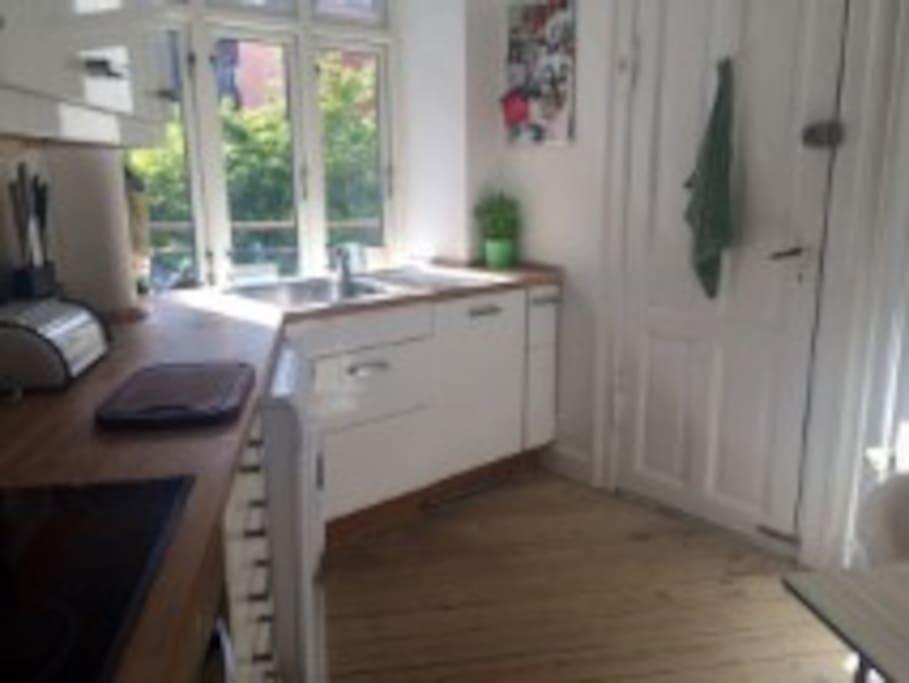 Køkken med opvaskemaskine og opvaskemaskine