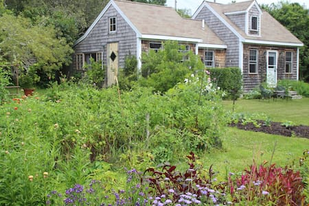 Light Filled Cottage-Lovely Gardens - North Truro