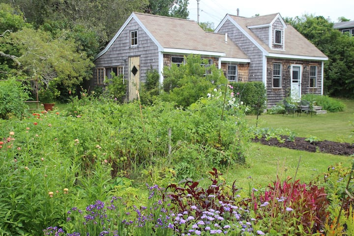 Light-filled North Truro cottage-Lovely gardens