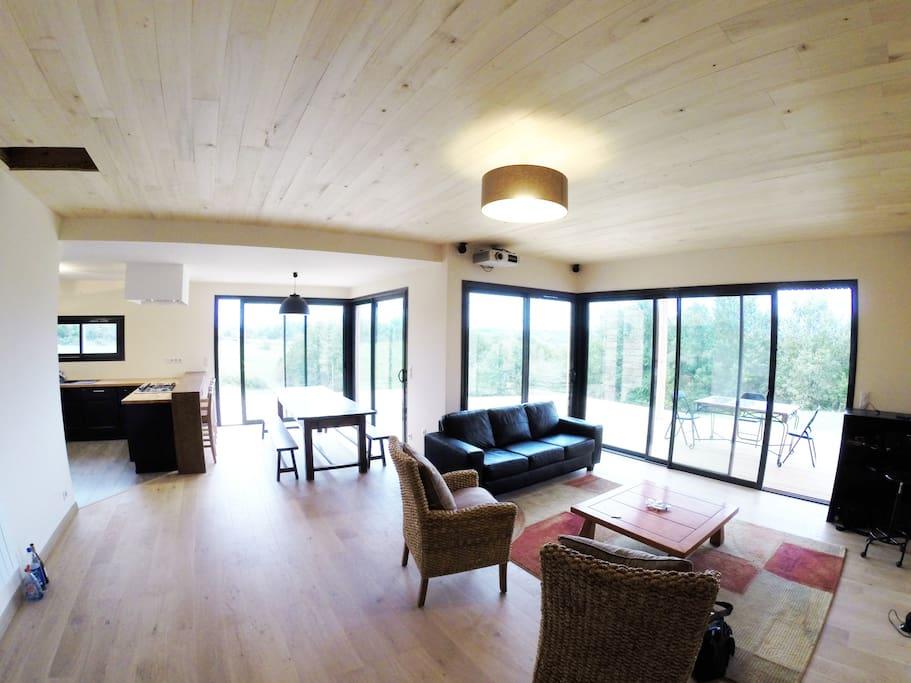 Salon/Salle à manger et cuisine ouverte donnant sur terrasse.