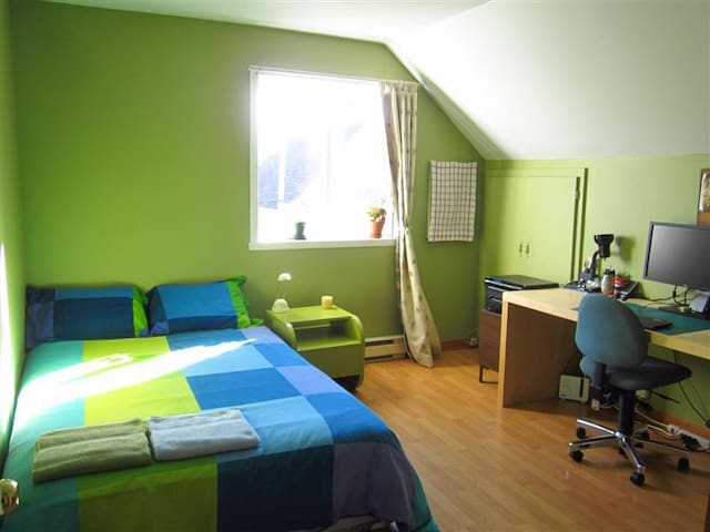 Quiet bedroom near the lake - Les Coteaux - Apartment