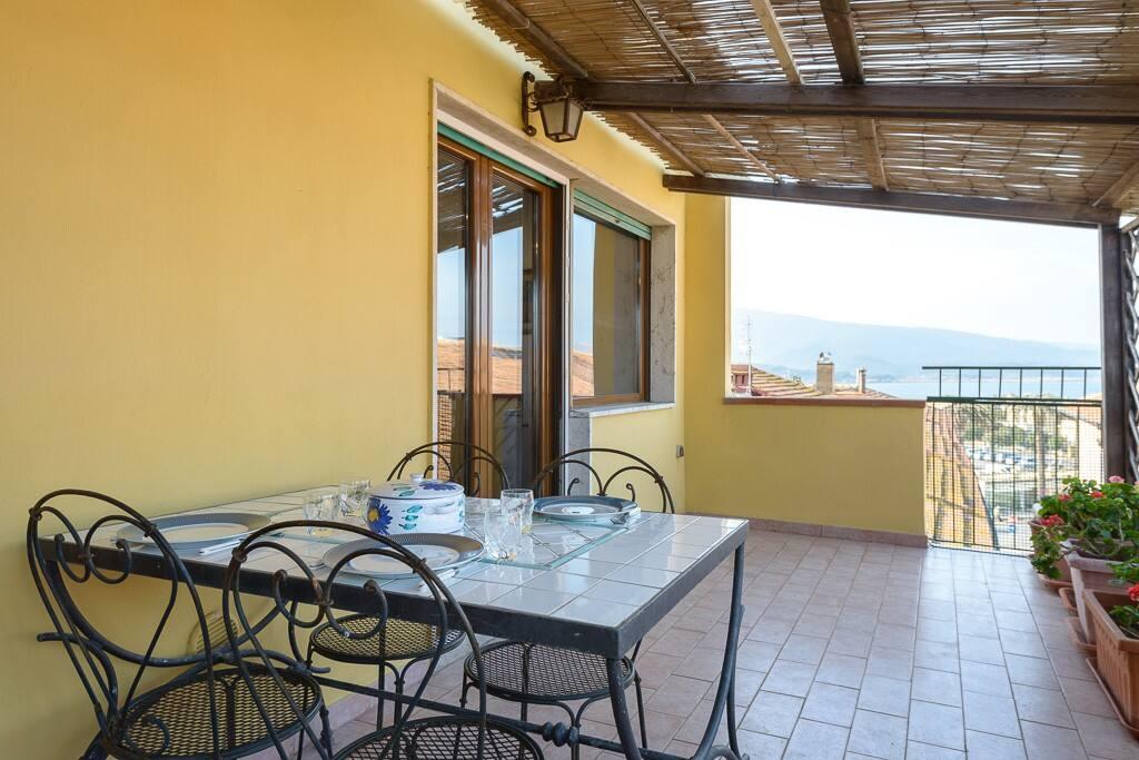 Terrazzo con tavolo da pranzo e BBQ / Terrace with dining table and BBQ
