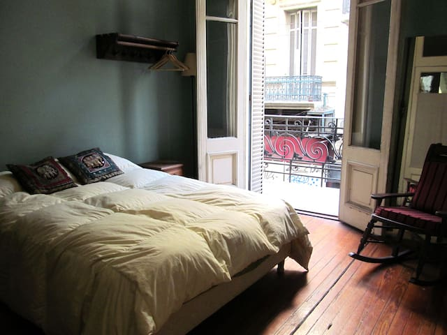 Queen size bed in large patio flat - Buenos Aires - Apartamento