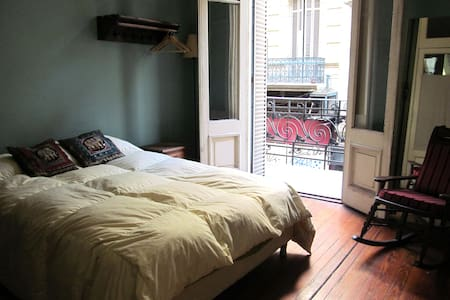 Queen size bed in large patio flat - Buenos Aires - Appartement