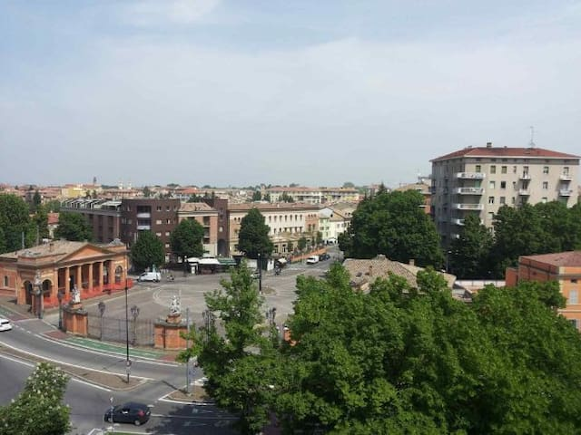 Downtown two-room flat with parking - Parma - Apartament