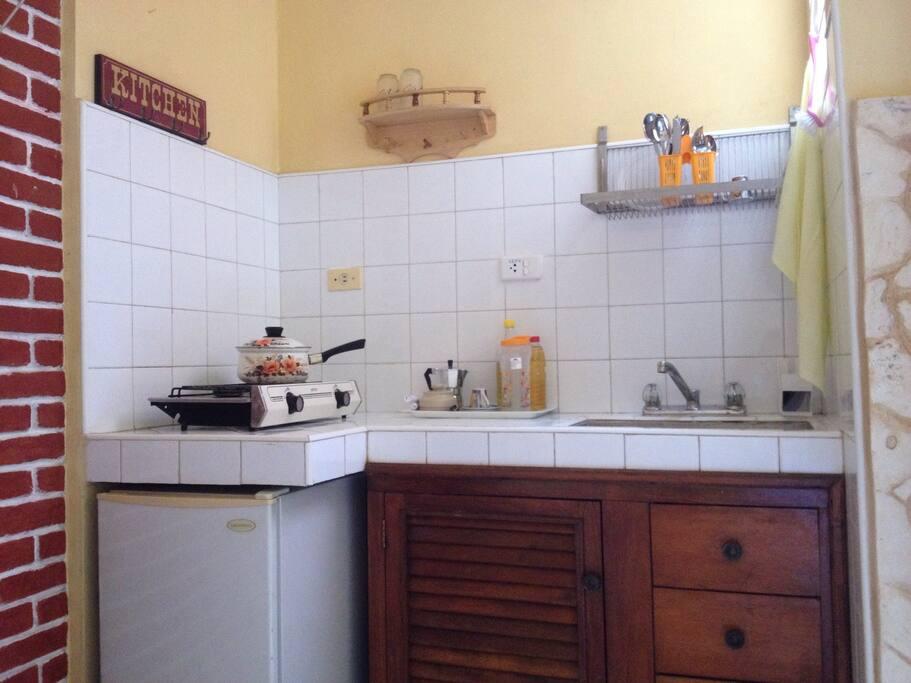 En los estantes encontrará todo lo necesario para cocinar.**(EN)** Inside the furniture you'll find all what you need for cooking**(DE)**In den Schränke finden Sie alles was man zum Kochen braucht.