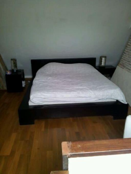 un lit en haut