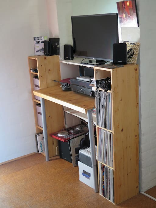 ENTERTAINMENT UNIT FULL HD TV AND SURROUND STEREO (VINYL NOT INCL)