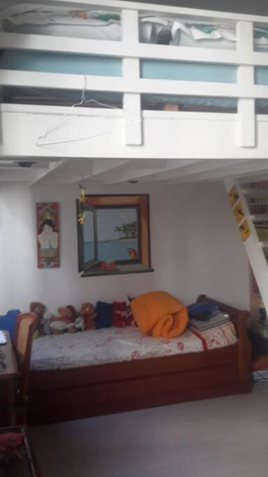 Chambre avec mezzanine lit 2 personnes en haut / lit 1 personne en bas