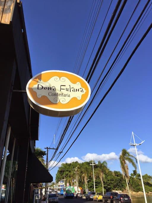 """Um dos cafés do bairro """"Dona Fulana""""."""