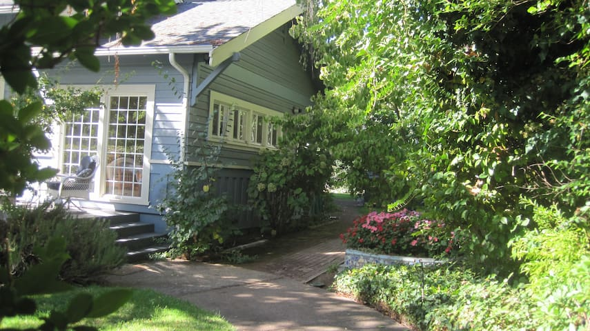 Lovely upstairs apartment in house - Ukiah - Huis