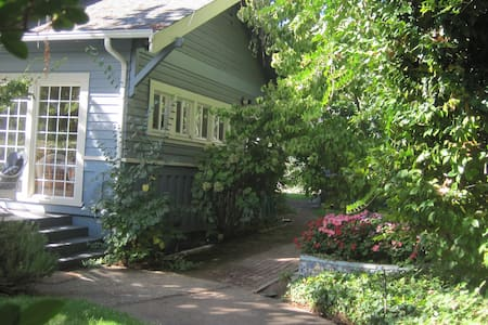 Lovely upstairs apartment in house - Ukiah - House