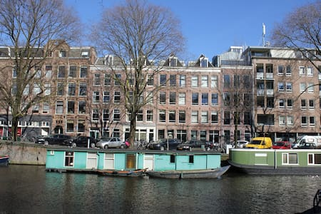 "Small canal view luxurious apartment with separate bedroom including double bed. Only 10 minutes walking distance to famous Leidseplein (clubbing area), museum area, FoodHallen, Jordaan, Anne Frank House and ""the 9 streets"". Bus 197 from airport 200m"