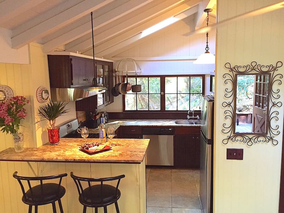 Full Kitchen, Marble Countertops, Stainless Steel Appliances, Organic Coffee, Cream & Tea included!