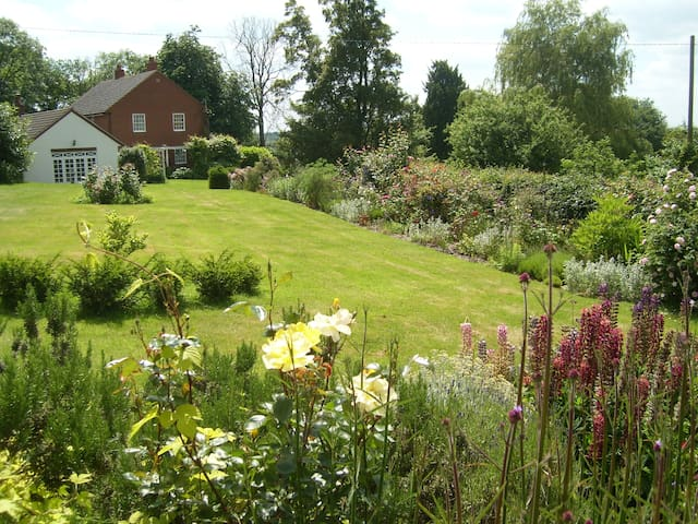 Hall Farm - Tilbrook - Bed & Breakfast