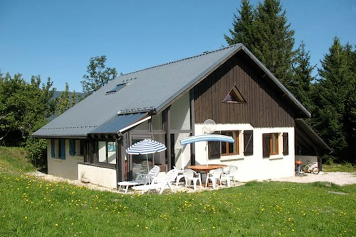 Room with 2 single beds in quiet house in Vercors