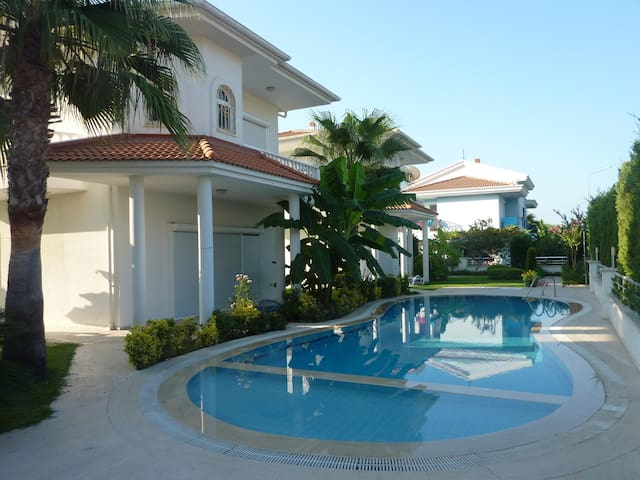 Beautiful villa in a quiet complex in 300 from sea - Çamyuva - Huis