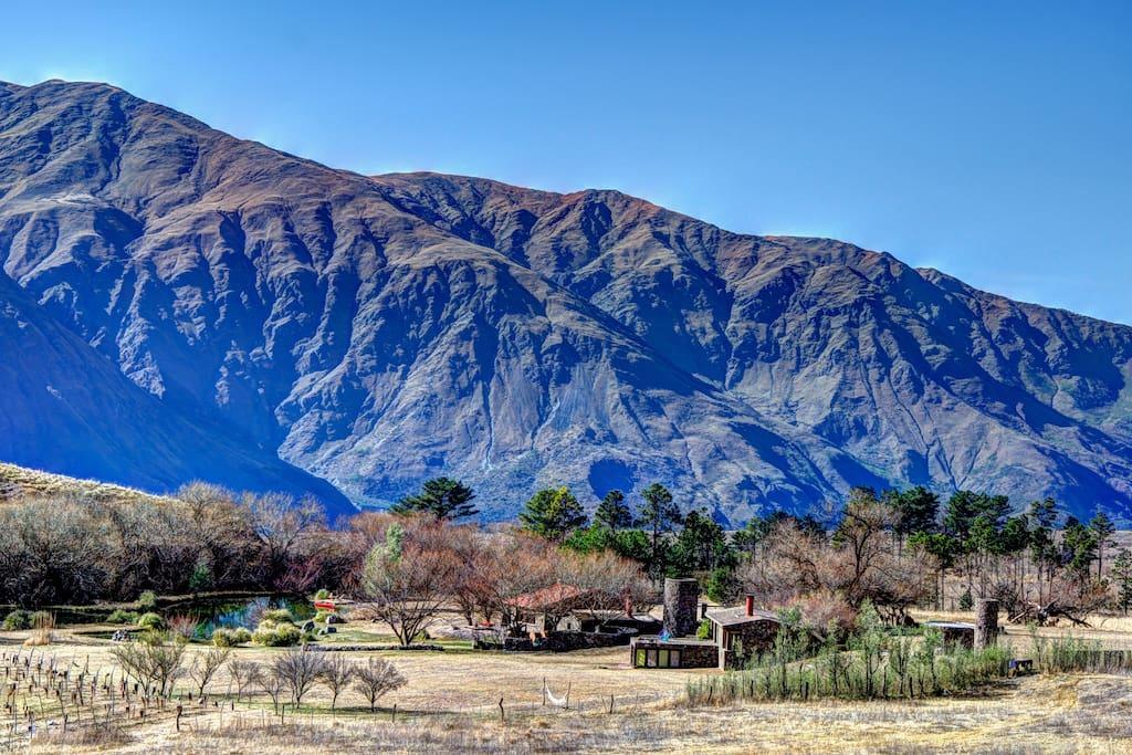 Vista de la hostería desde las montañas