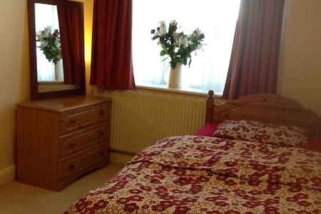 Lovely room in large family home - House