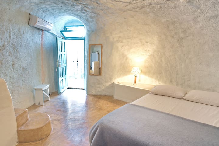 Stay in a real cave in old winery! - Thera - Appartement
