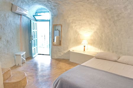 Stay in a real cave in old winery! - Thera