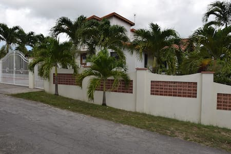 2 Bed house, 3/4 acres gds, swimming pool, wi-fi