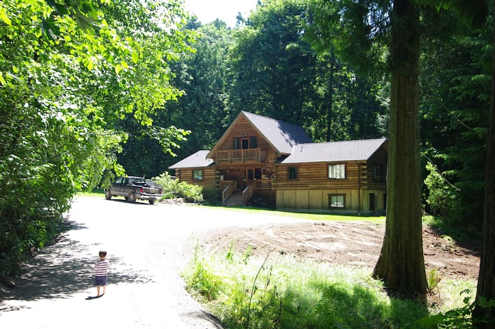Secluded Modern Log Home on 2 Acres with Creek - Issaquah - House