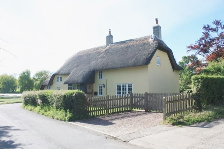 Thatched holiday cottage, quiet village - Wilts UK