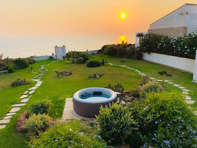 SEA SUNSET - Villa with garden overlooking the sea