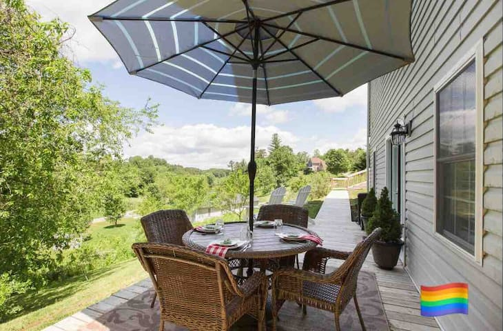 Retreat w/FREE Breakfast/Deck/18 min. to Asheville