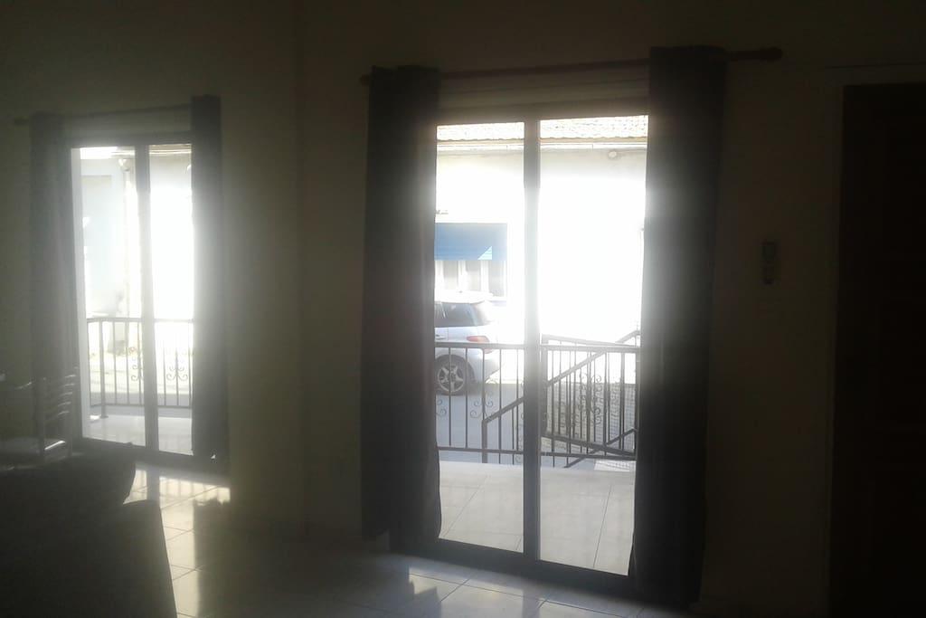 Deux portes fenêtres au salon.