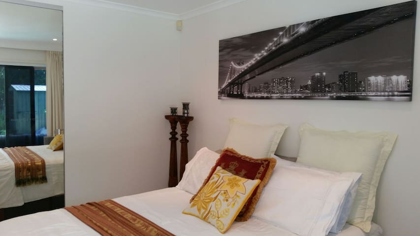 FABULOUS  BEACH  HOME  MOST LOVED B&B - Burleigh Waters - Casa