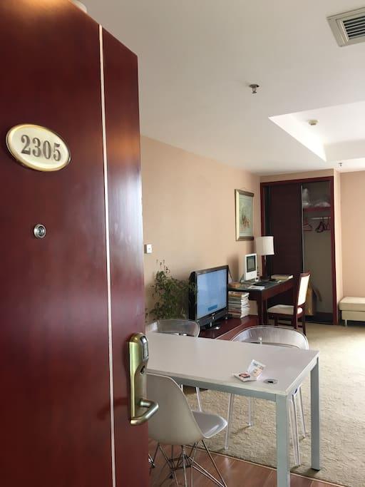 房号2305,欢迎您来到我的家。Room No. 2305, welcome to my home.