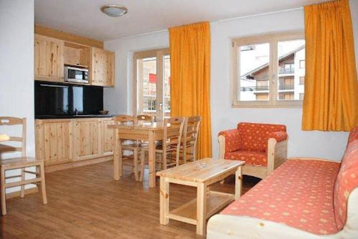 3 Bedrooms apartment for 6 people 51m², situated on the piste and 150m from the resort's shops and restaurants.