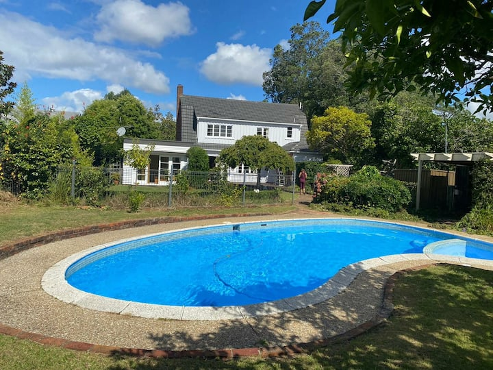 Room with pool and private access to Cornwall park
