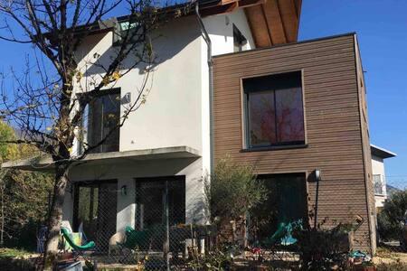 chambre dans villa proche Geneve/room near Geneva