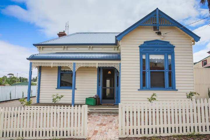 CBD 3b/r Stewart House Opp Hospital Free wifi - North Bendigo - House