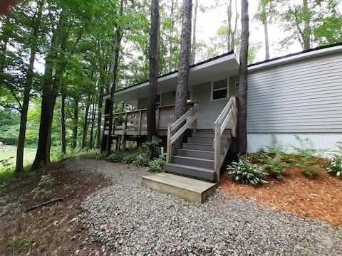Peaceful Hillside Retreat, wooded area, EV Charger