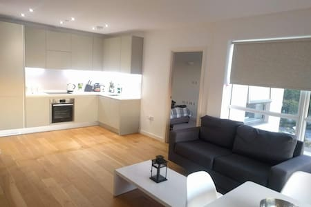 2 Bedroom Modern flat with Free Gated Parking