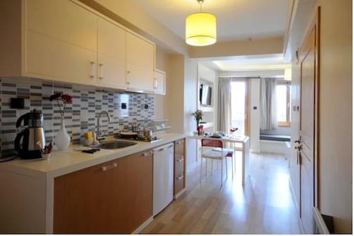 Open Kitchen & Lounge