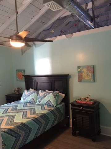 Guest BR with Queen bed (comfortable), flat screen tv, vaulted ceilings and new ceiling fan.
