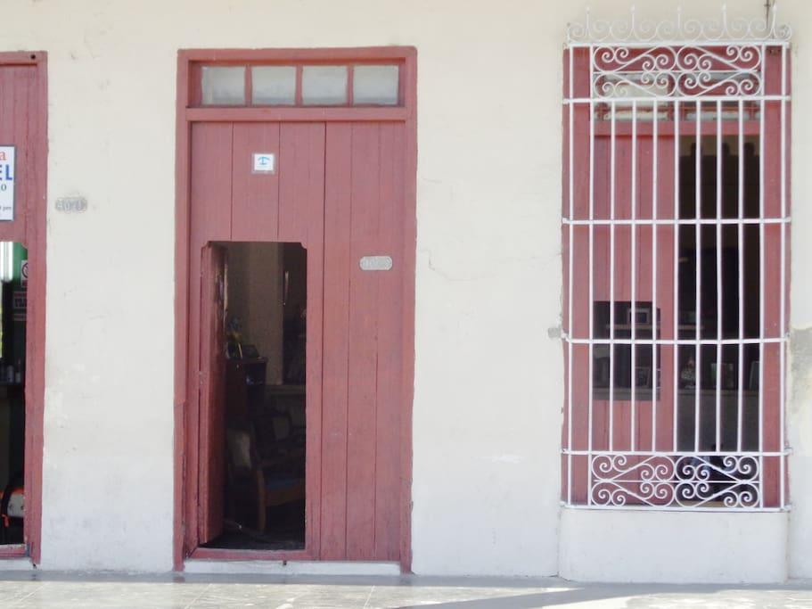 Front of Vigón Hostal to Prado Street. --- Fachada del Hostal Vigón a la calle Prado.