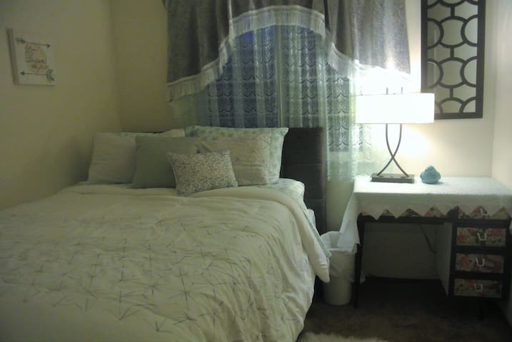 Queen size bed and private bathroom in quiet house - Brentwood - Casa