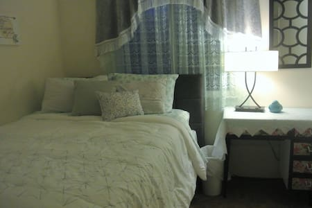 Queen size bed and private bathroom in quiet house - Brentwood - House