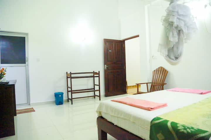 AC Double Room#Breakfast,WiFi,Hot Water,3min BEACH