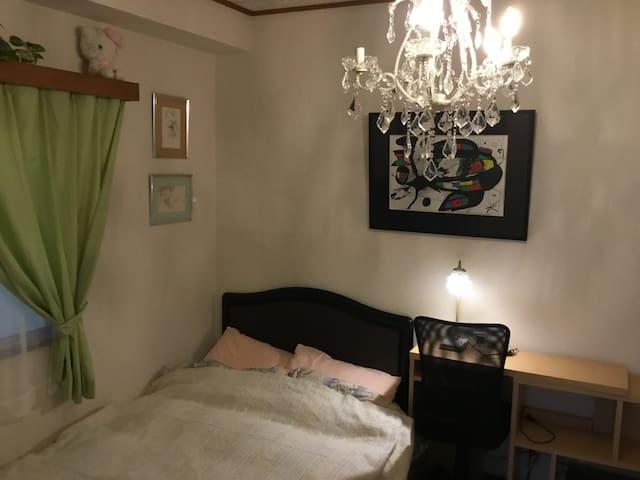 伊東駅から徒歩6分、ビーチ迄5分、3寝室有りますので3家族で、 24時間天然温泉が楽しめます。