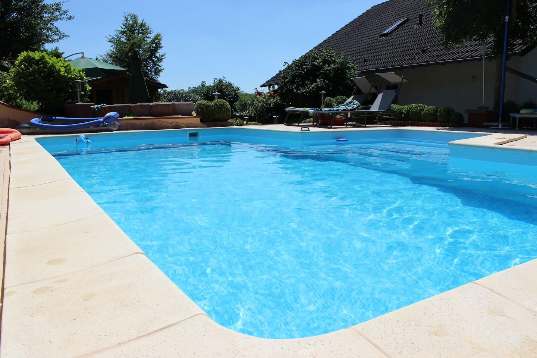 Ferienwohnung am Ortsrand mit hauseigenem Pool zur Mitbenutzung (Mai bis September) .