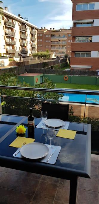 Terrasse avec vue sur la piscine communautaire